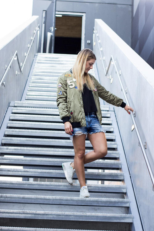 zara-bomberjacke-und-jeans-shorts-2