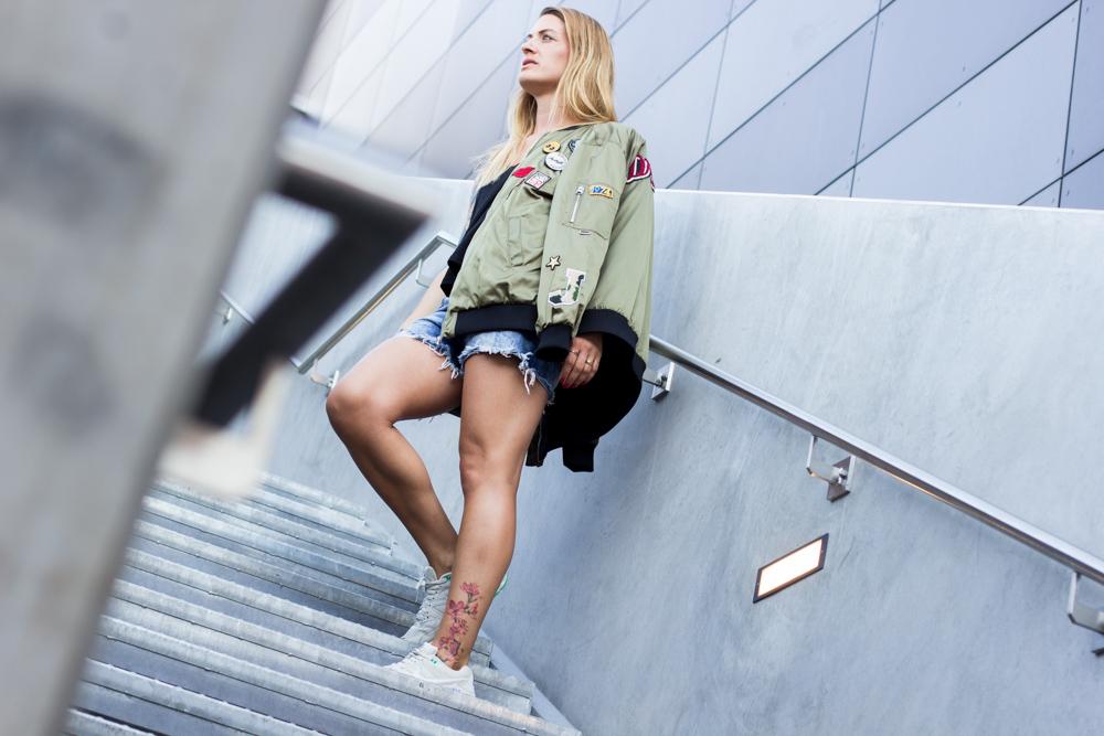 zara-bomberjacke-und-jeans-shorts-7